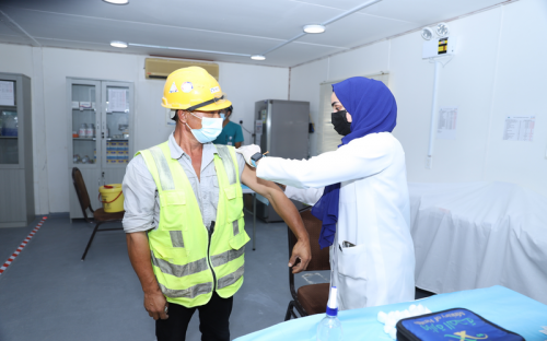 The Ministry of Health vaccinates over 850 employees and workers against Covid-19 at the Jubail 3A IWP site