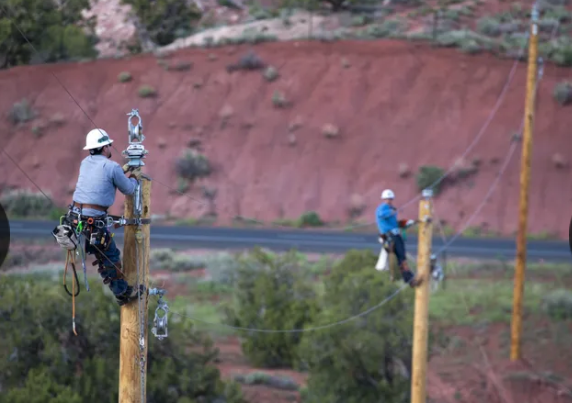 SRP Linemen work on power line on Navajo Nation photo by AZ Republic Mark Henle
