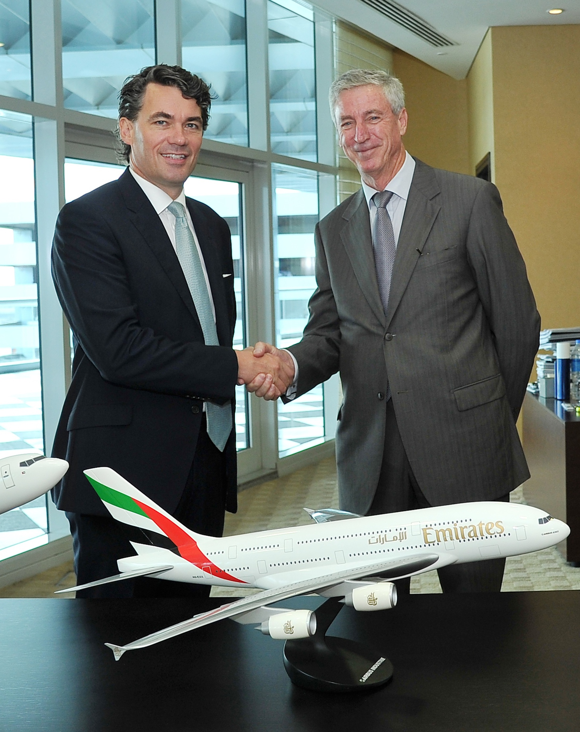 BT Group CEO Gavin Patterson and Emirates Group Services and dnata President Gary Chapman signing global contact centre contract in Dubai
