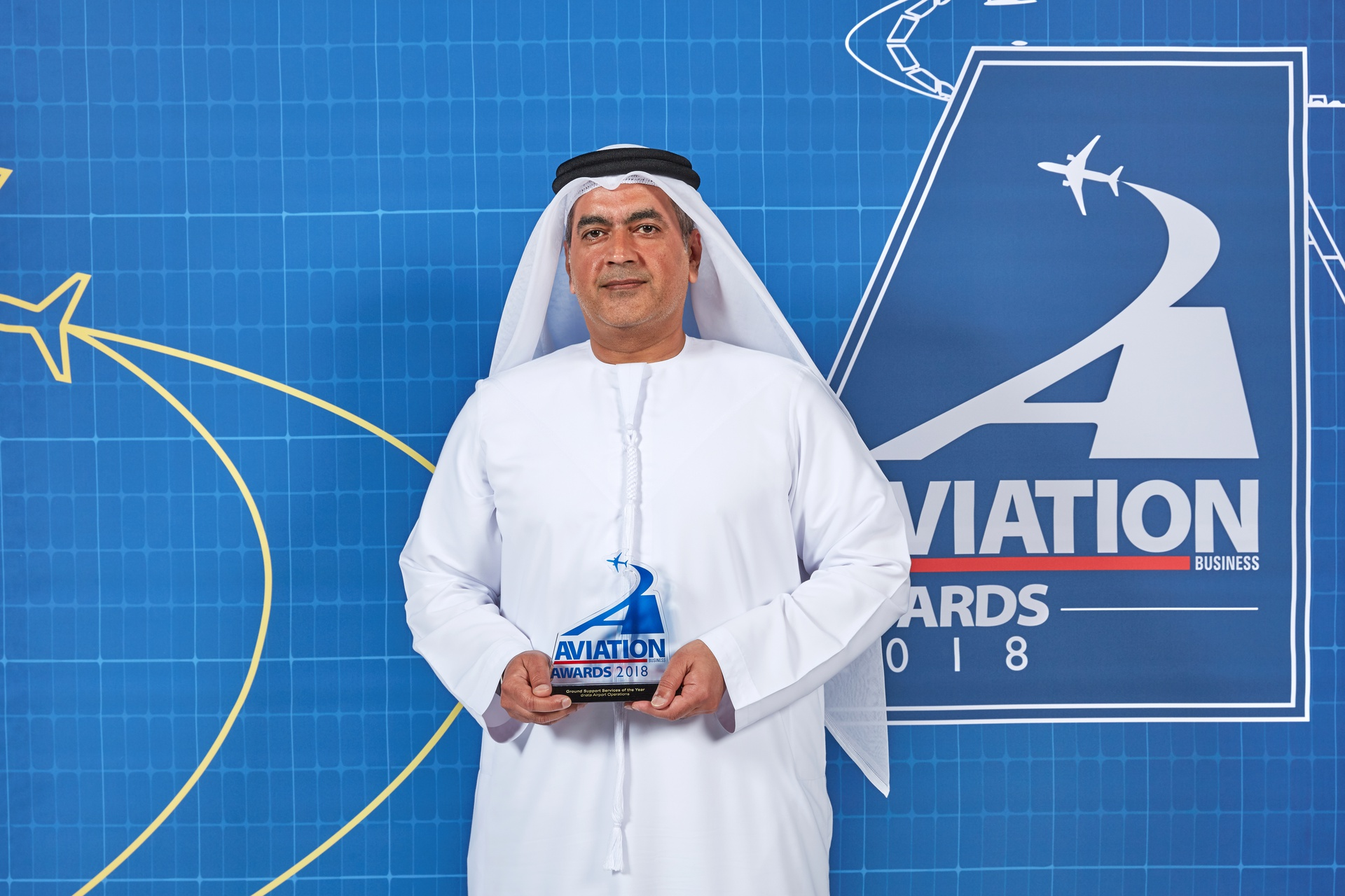 Jaffar Dawood, Senior Vice President, UAE Airport Operations, dnata, with the Ground Support Services Provider of the Year award