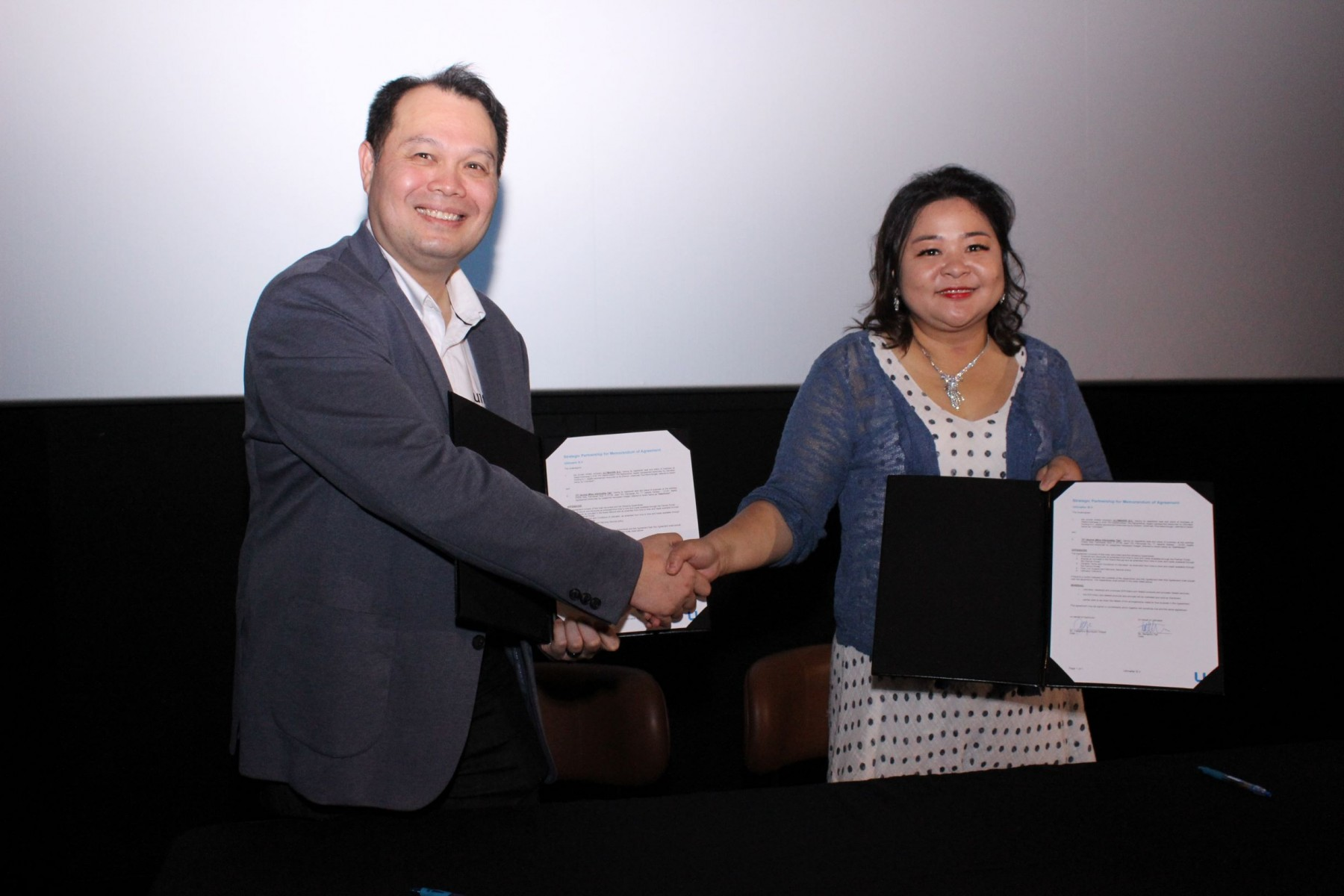 Signing ceremony between Benjamin Tan VP of Ultimaker APAC and Mrs Josephine Handayani Hidajat President Director of PT Sentral Mitra Informatika Tbk