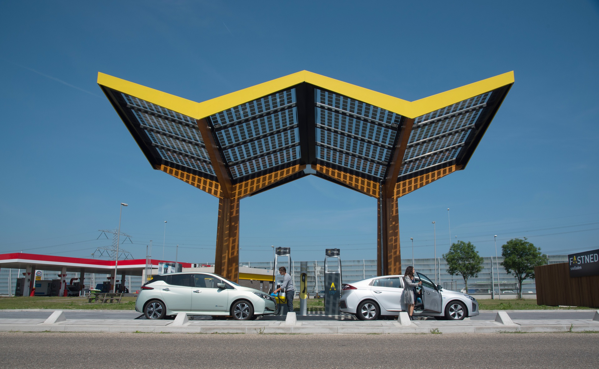 Fastned_fast charging station-De-Watering-iOniq-Leaf-people.jpg