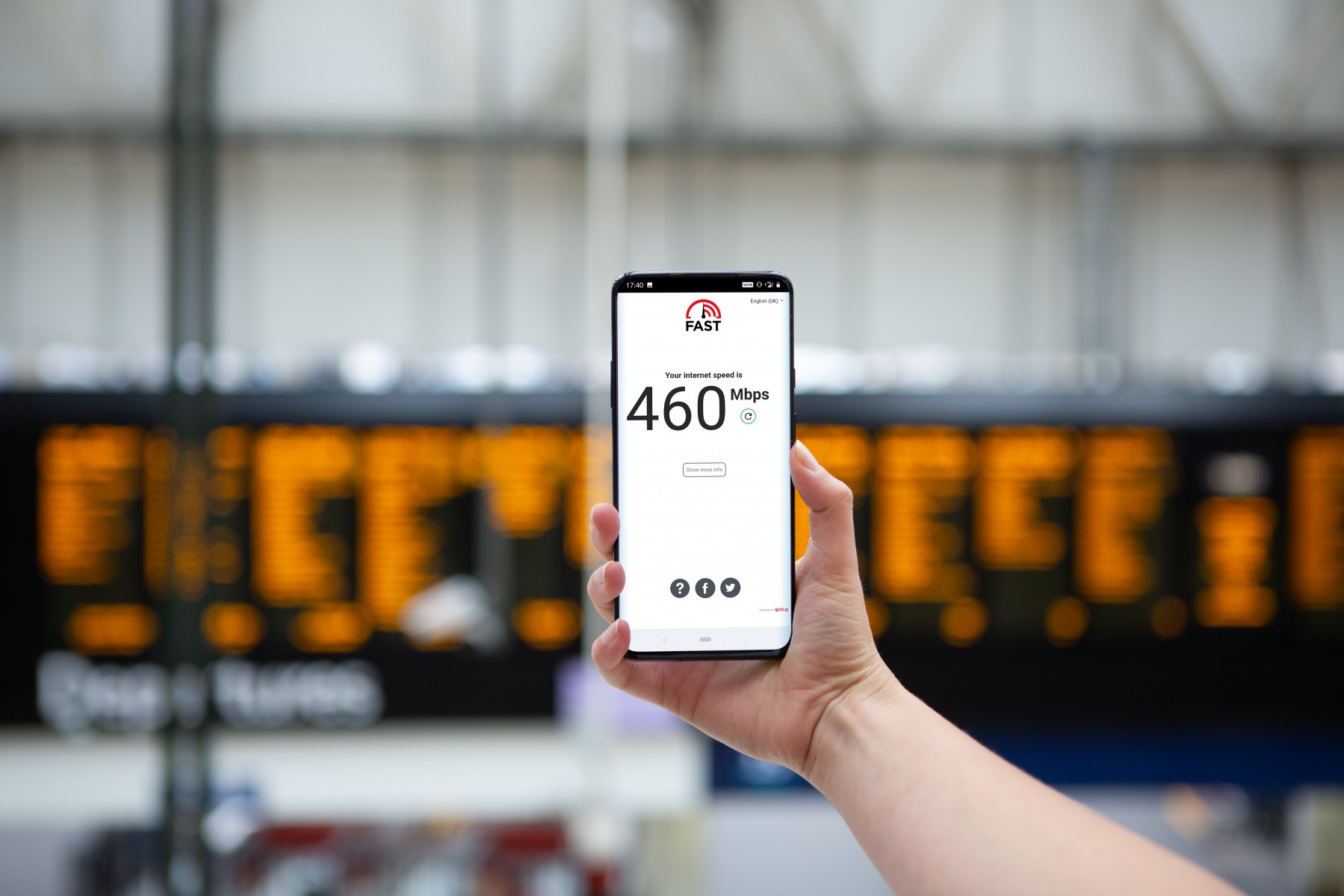EE 5G speed test in train station