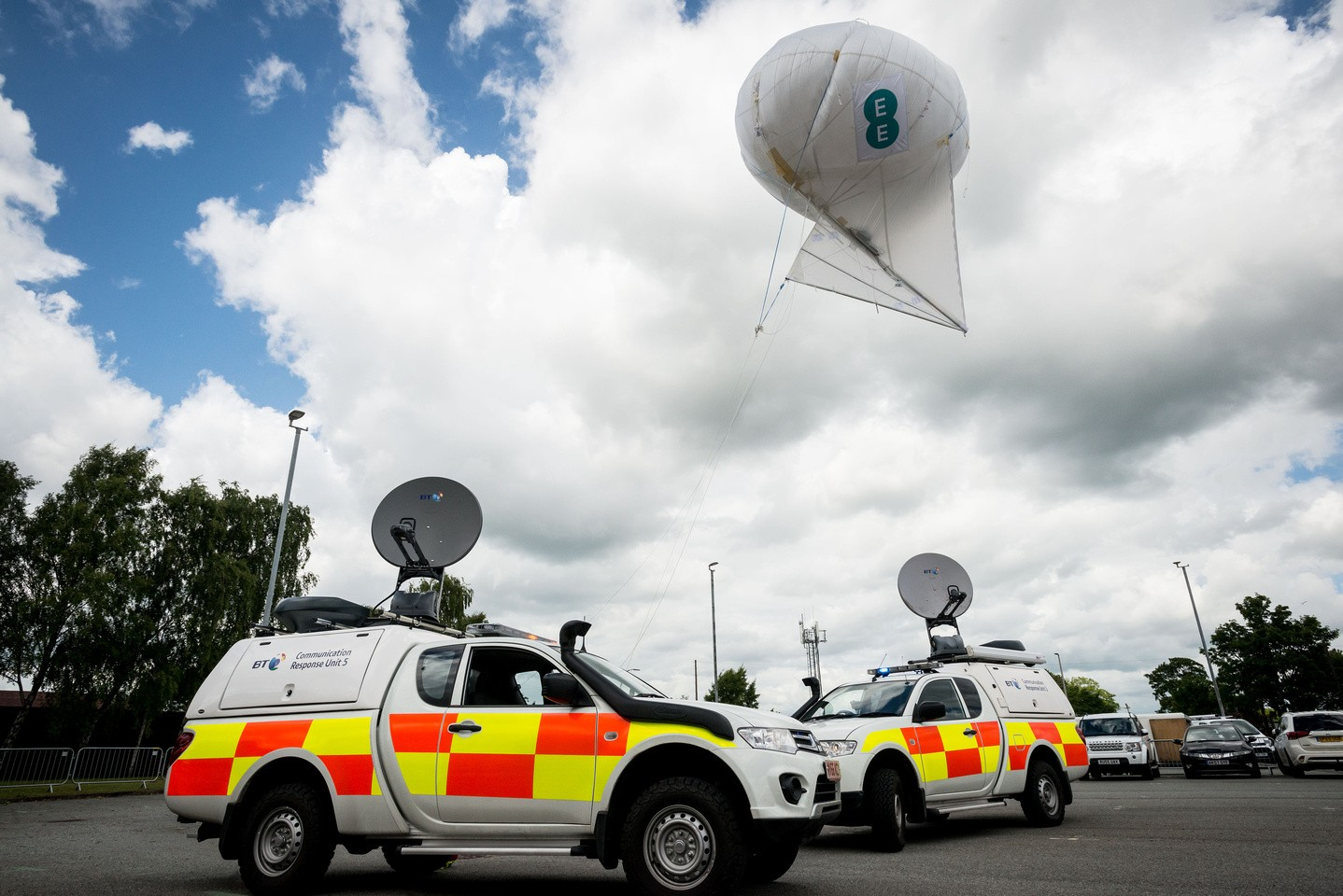 EE patent-pending 'air mast', with emergency communications response vehicle housing pre-standard 5G backhaul radio