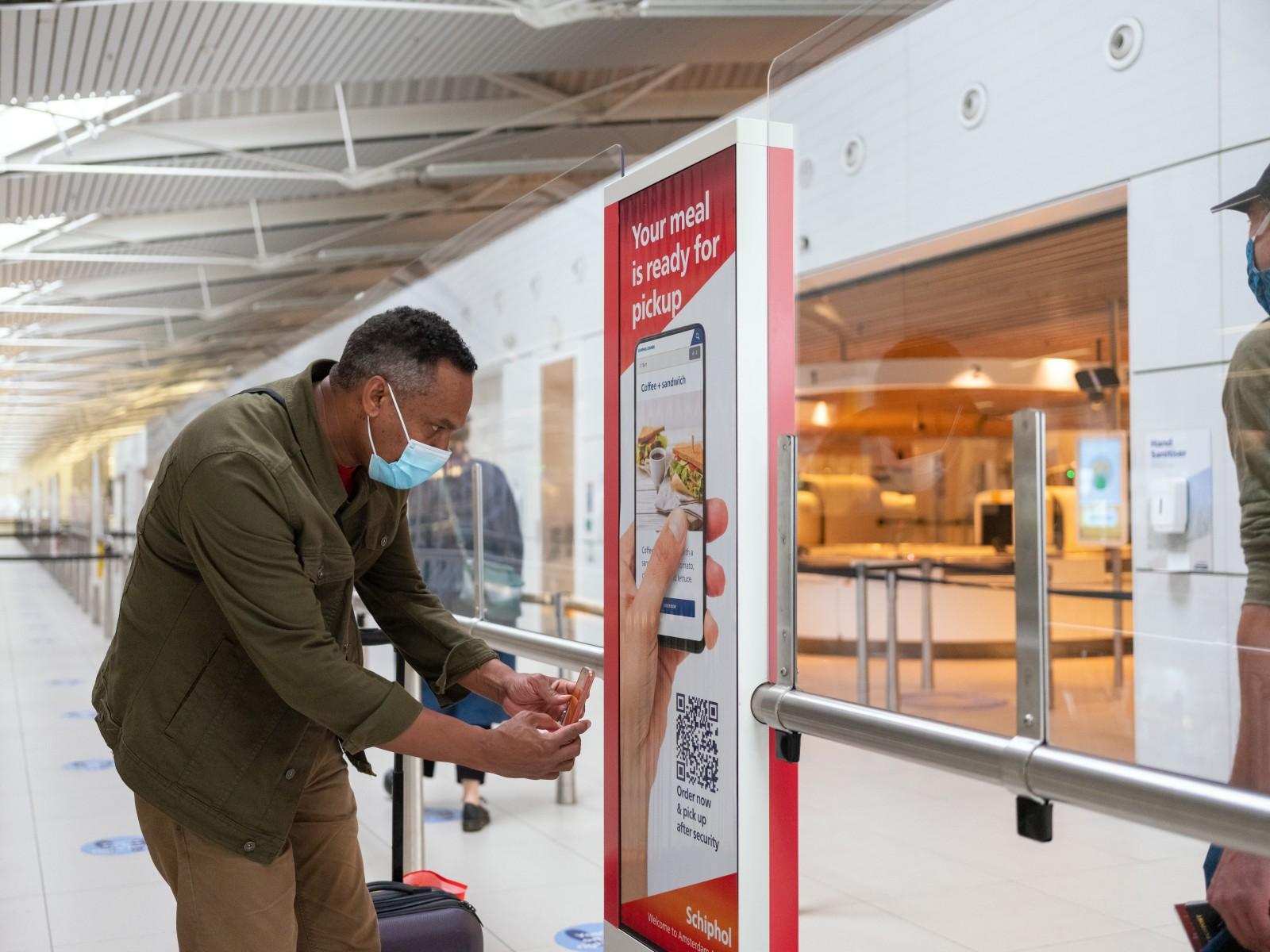 Reizigers kunnen eten en drinken bestellen via Schiphol app
